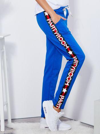 Spodnie dresowe niebieskie z szerokim lampasem