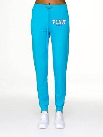 Spodnie dresowe z kobiecym napisem z przodu jasnoniebieskie