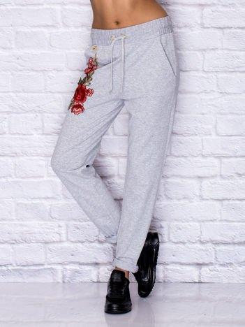 Spodnie dresowe z kwiatową naszywką szare