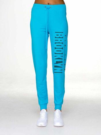 Spodnie dresowe z napisem BROOKLYN jasnoniebieskie
