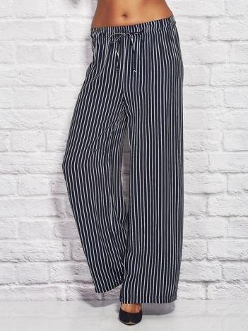 Spodnie w paski z gumką w pasie i wiązaniem granatowe