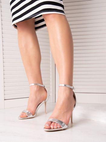 Srebrne sandały ze złotą sprzączką