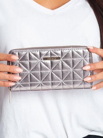 Srebrny portfel z pikowaniem