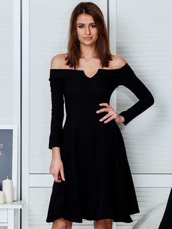 Sukienka czarna z odkrytymi ramionami i wycięciem