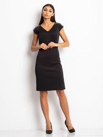 Sukienka damska z łańcuszkami na ramionach czarna