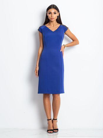 Sukienka damska z łańcuszkami na ramionach kobaltowa