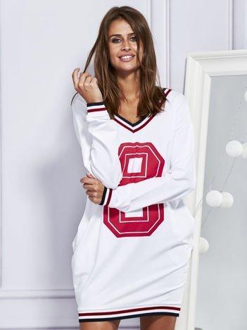 Sukienka dresowa V-neck z nadrukiem biała