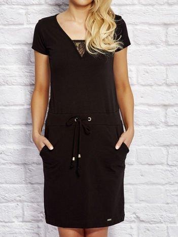 Sukienka dresowa z wiązaniem i koronkową wstawką czarna