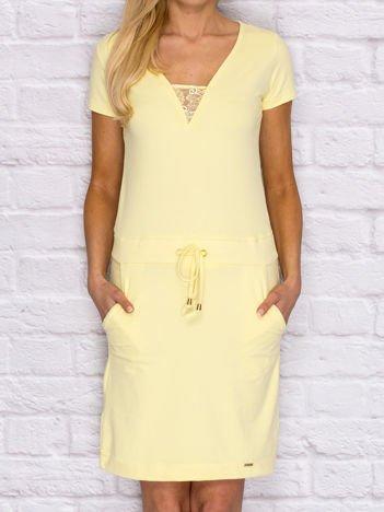 Sukienka dresowa z wiązaniem i koronkową wstawką żółta