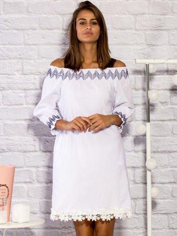 Sukienka dzienna z ozdobnym wykończeniem biała