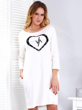 Sukienka ecru z biżuteryjnym sercem