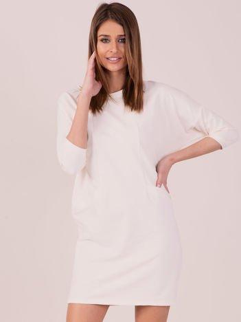 Sukienka ecru z ozdobną lamówką