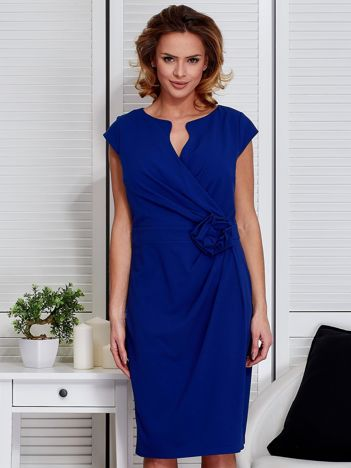 Sukienka kobaltowa z drapowaniem i ozdobnym kwiatem