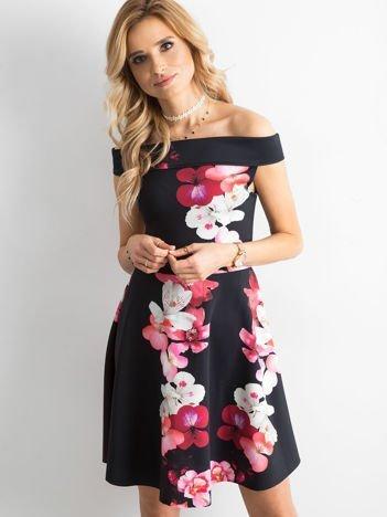 Sukienka koktajlowa w duże kwiaty czarno-różowa