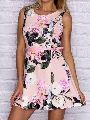 Sukienka koktajlowa w kwiaty z paskiem różowa