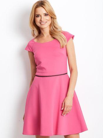 Sukienka koktajlowa z błyszczącym paskiem różowa