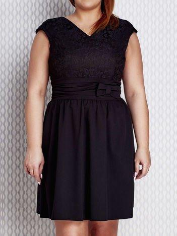 Sukienka koktajlowa z kokardą czarna PLUS SIZE