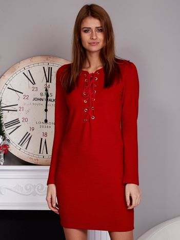 Sukienka lace up w tłoczone paski czerwona