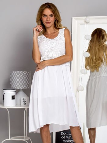 Sukienka letnia ze zwiewnym koronkowym dekoltem biała