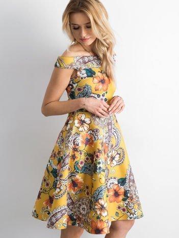 Sukienka w kwiaty rozkloszowana ciemnożółta