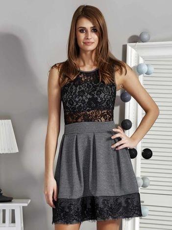 Sukienka z ażurowymi wstawkami i drobnym wzorem czarno-biała