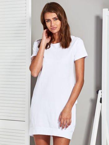 Sukienka z dekoltem na plecach i kokardą biała