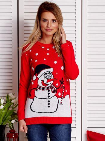Sweter świąteczny z zimowym krajobrazem i bałwanem czerwony