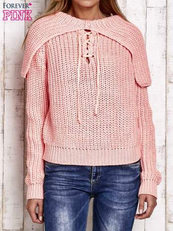 Sweter z wiązaniem i szerokim kołnierzem koralowy