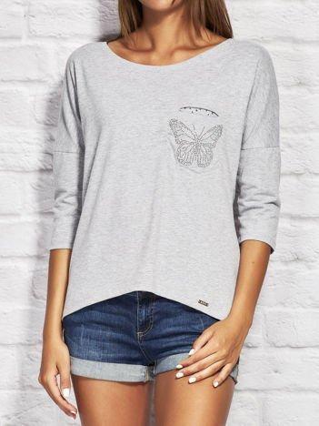 Szara bluzka z biżuteryjnym motylem