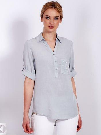 Szara bluzka z perełkami na kieszonce