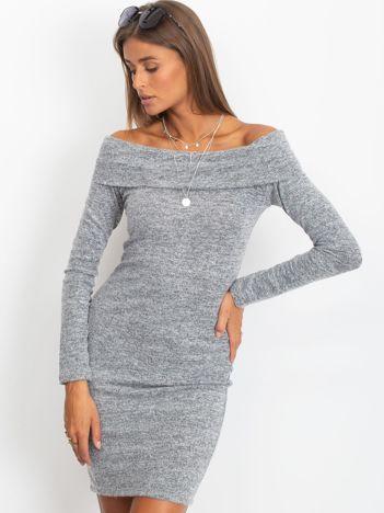Szara sukienka odsłaniająca ramiona
