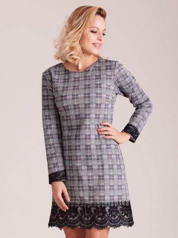 Szara sukienka w kratę z koronkowym wykończeniem
