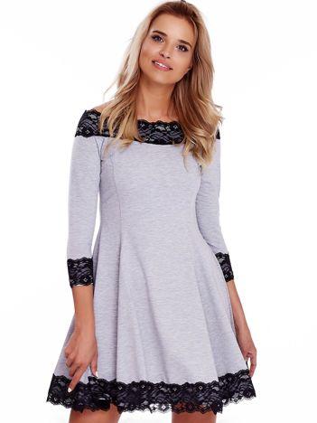 Szara sukienka z odsłoniętymi ramionami