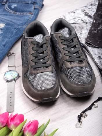 Szare buty sportowe z wstawką z efektem rybiej łuski
