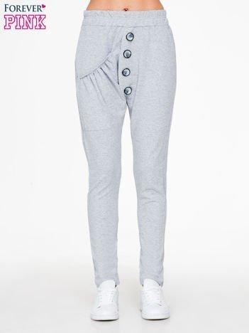 Szare dresowe spodnie baggy z guzikami i ozdobnymi kieszonkami