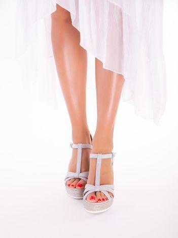 Szare sandały na koturnach z ecozamszu, z plecionymi paskami na palcach