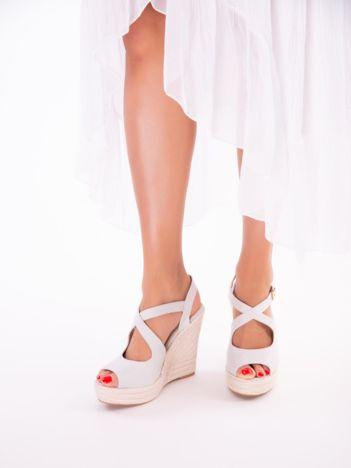 Szare sandały na koturnach z ecozamszu, ze skrzyżowanymi paskami na przodzie