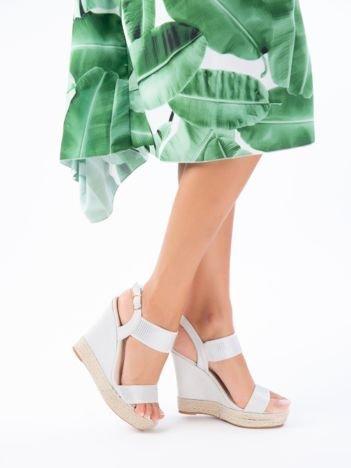 Szare sandały na koturnach z paskami zdobionymi mieniącymi się dżetami