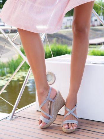 Szare sandały na płóciennych koturnach z drobnymi, błyszczącymi dżetami