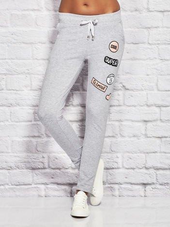 Szare spodnie dresowe z naszywkami