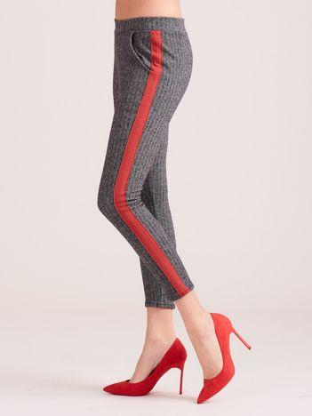 Szare spodnie w jodełkę z czerwonym lampasem