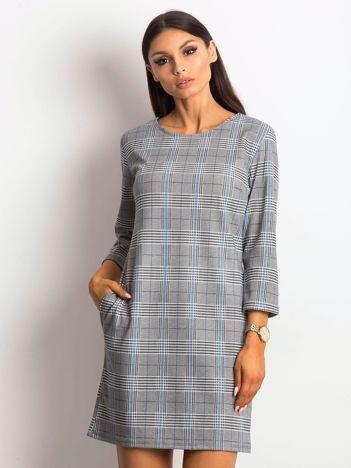 Szaro-niebieska sukienka w kratę z ozdobnym dekoltem z tyłu