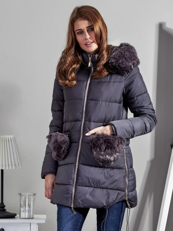 Szary płaszcz z futrzanymi kieszeniami