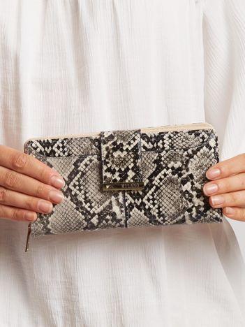Szary portfel z wężowym wzorem