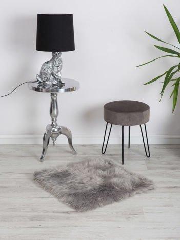 Szary puszysty dywanik