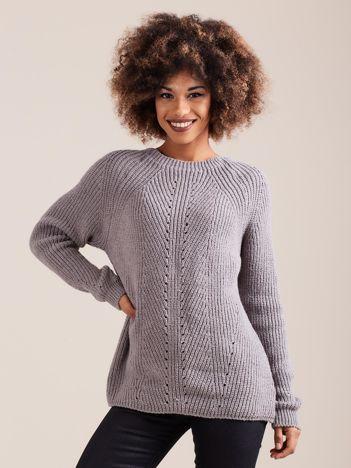 Szary sweter dzianinowy