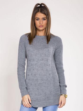 Szary sweter we wzory