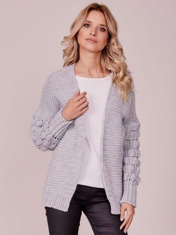 Szary sweter z ozdobnymi rękawami