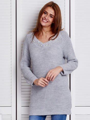 Szary sweter z perełkami przy dekolcie