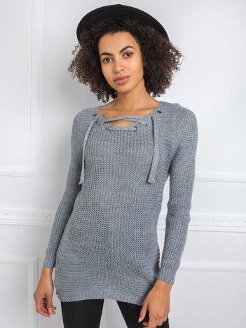 Szary sweter ze sznurowaniem